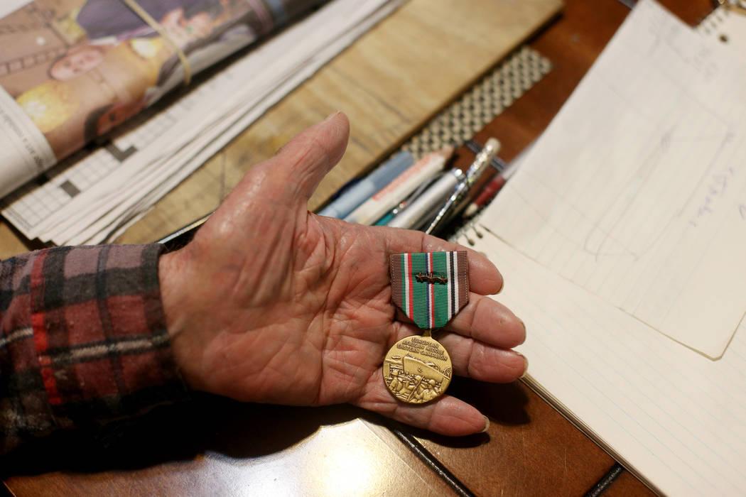 """Onofrio """"No-No"""" Zicari, de 96 años, muestra al Review-Journal una medalla de la Segunda Guerra ..."""