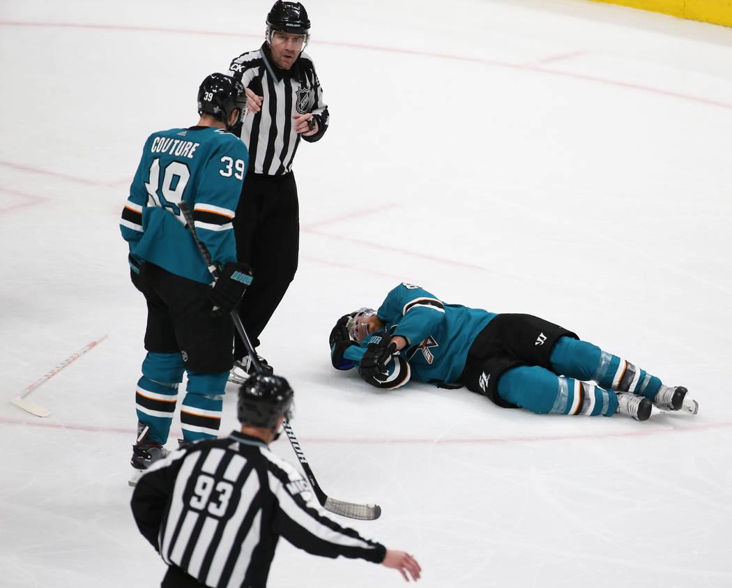 El centro de los Sharks, Joe Pavelski (8), tumbado sobre el hielo luego de ser golpeado por el ...