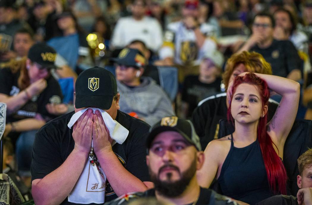 Los fans de los Golden Knights, Michael y Rebecca Moore, se muestran consternados cuando los Sa ...
