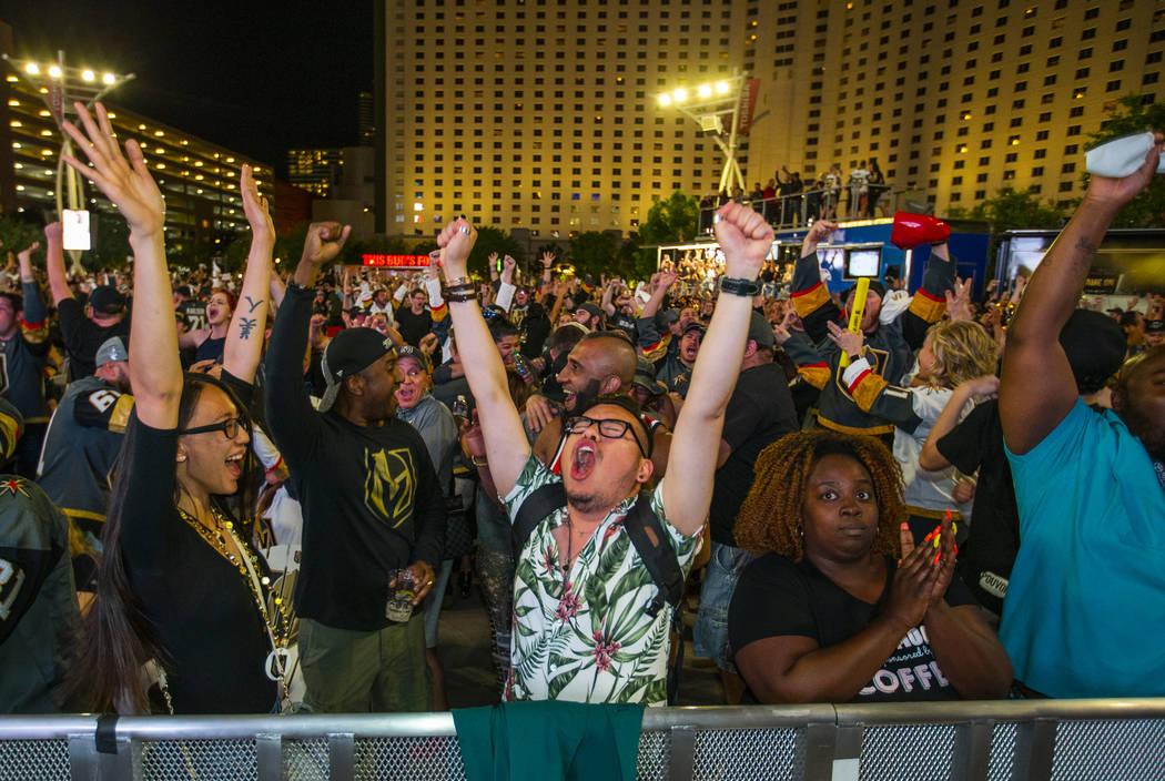 Los fans de los Golden Knights, Malia Tibbie y Carlos Benito, celebran con otros mientras los K ...