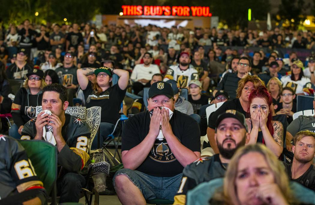 Los fans de los Golden Knights, Randy Trent, Michael y Rebecca Moore se muestran consternados c ...