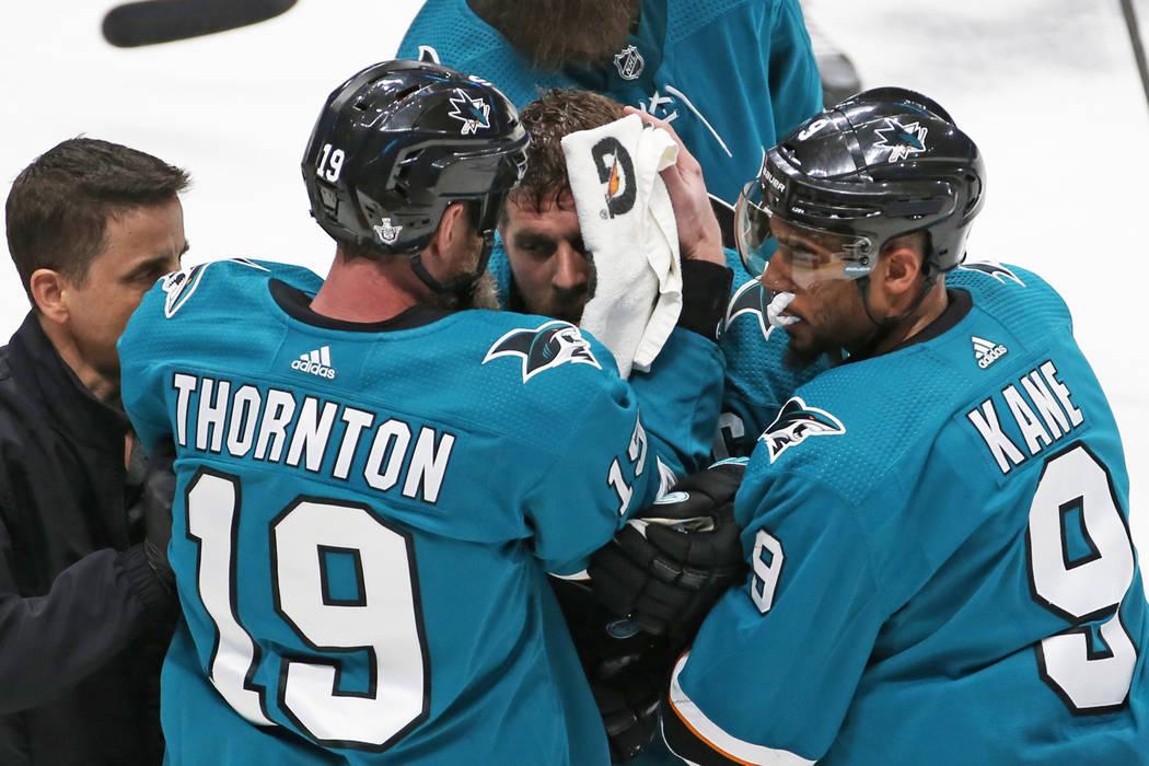El centro de los Sharks, Joe Pavelski, en medio, recibe ayuda por parte de Evander Kane (9) y e ...