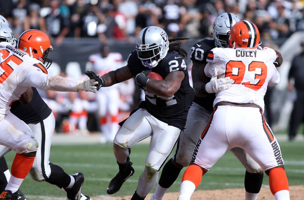El corredor de los Raiders de Oakland, Marshawn Lynch (24), empuja una mano del tackle defensiv ...