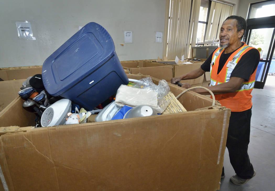 El asistente de donaciones, Ulysses Hampton, mueve la mercancía en el almacén de Goodwill Thr ...