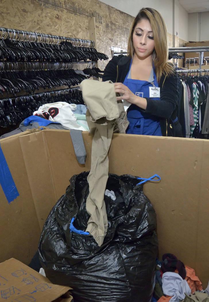 La procesadora de productos Jessica Estrada revisa la ropa en el almacén de Goodwill Thrift St ...