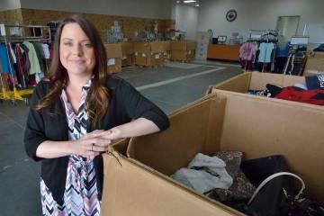 Brandy Aguirre, vicepresidenta de ventas minoristas de Goodwill of Southern Nevada, se encuentr ...