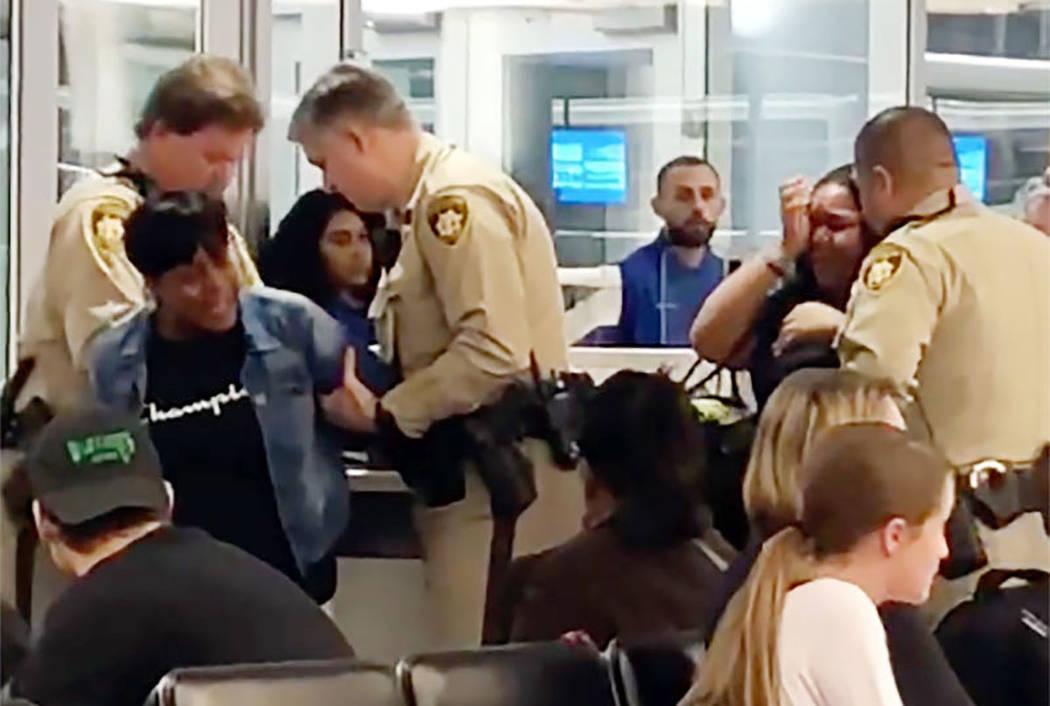 Rosetta Swinney es arrestada por la policía de Las Vegas en el Aeropuerto Internacional McCarr ...