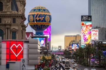 Los autos pasan por Paris Las Vegas en el Strip, el miércoles 20 de marzo de 2019. (Benjamin H ...