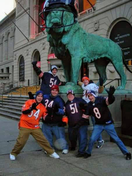 James Holzhauer, a la izquierda, con amigos fuera del Museo de Arte de Chicago. (Jake Moore)