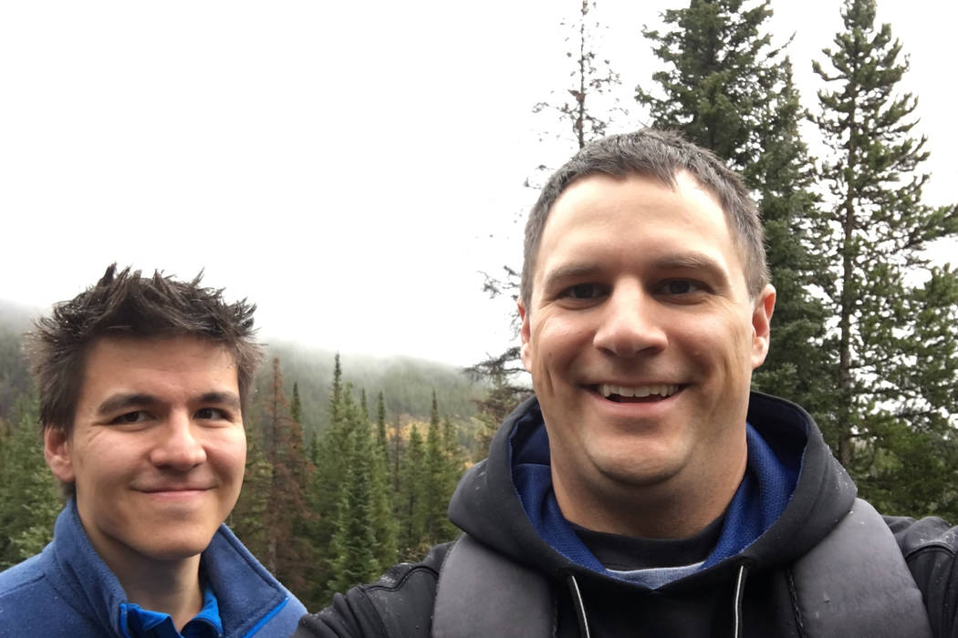 James Holzhauer, a la izquierda y Brad Phillips caminando en Colorado. (Brad Phillips)