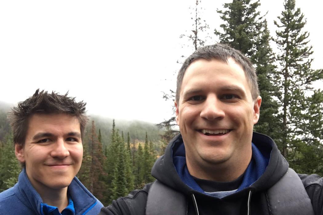 James Holzhauer, a la izquierda y Brad Phillips caminando en Colorado. (Brad Phillips)