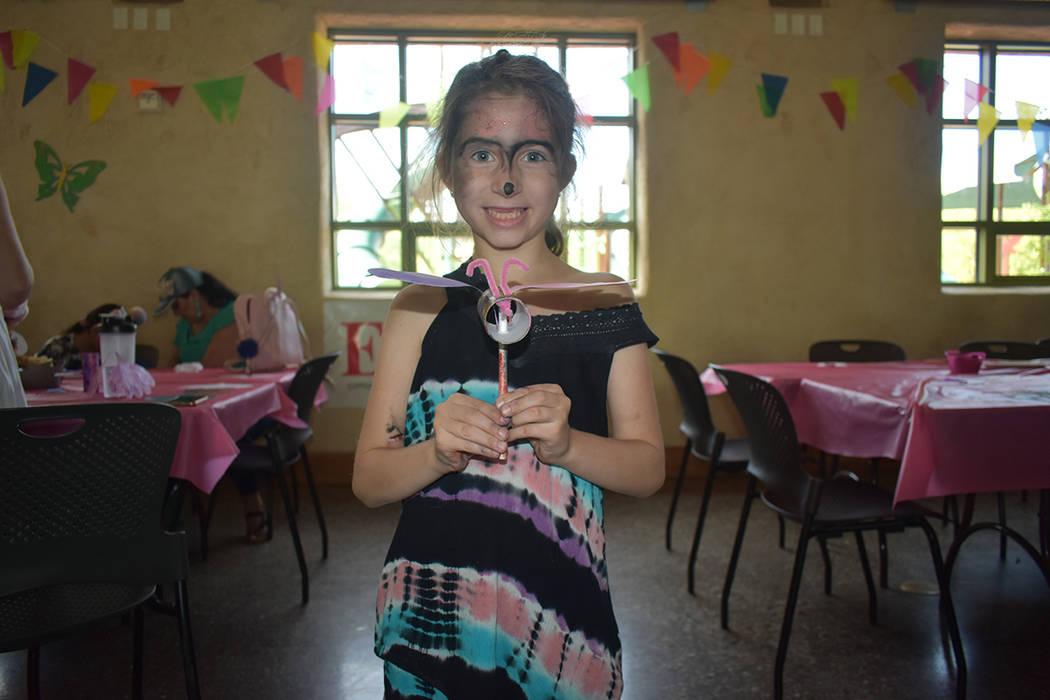 La niña Lucila Vergara –de ascendencia argentina- muestra una mariposa realizada en el talle ...