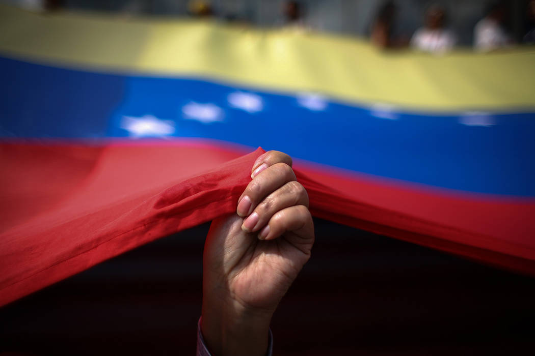 ARCHIVO. Xalapa, 13 Mar 2019 (Notimex-Vergara/DPA).- Una mujer sostiene la bandera venezolana d ...