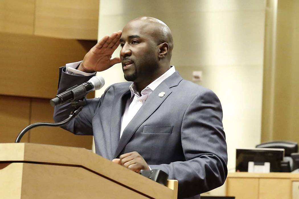 El concejal de la ciudad de Las Vegas, Ricki Barlow, saluda después de anunciar su renuncia du ...