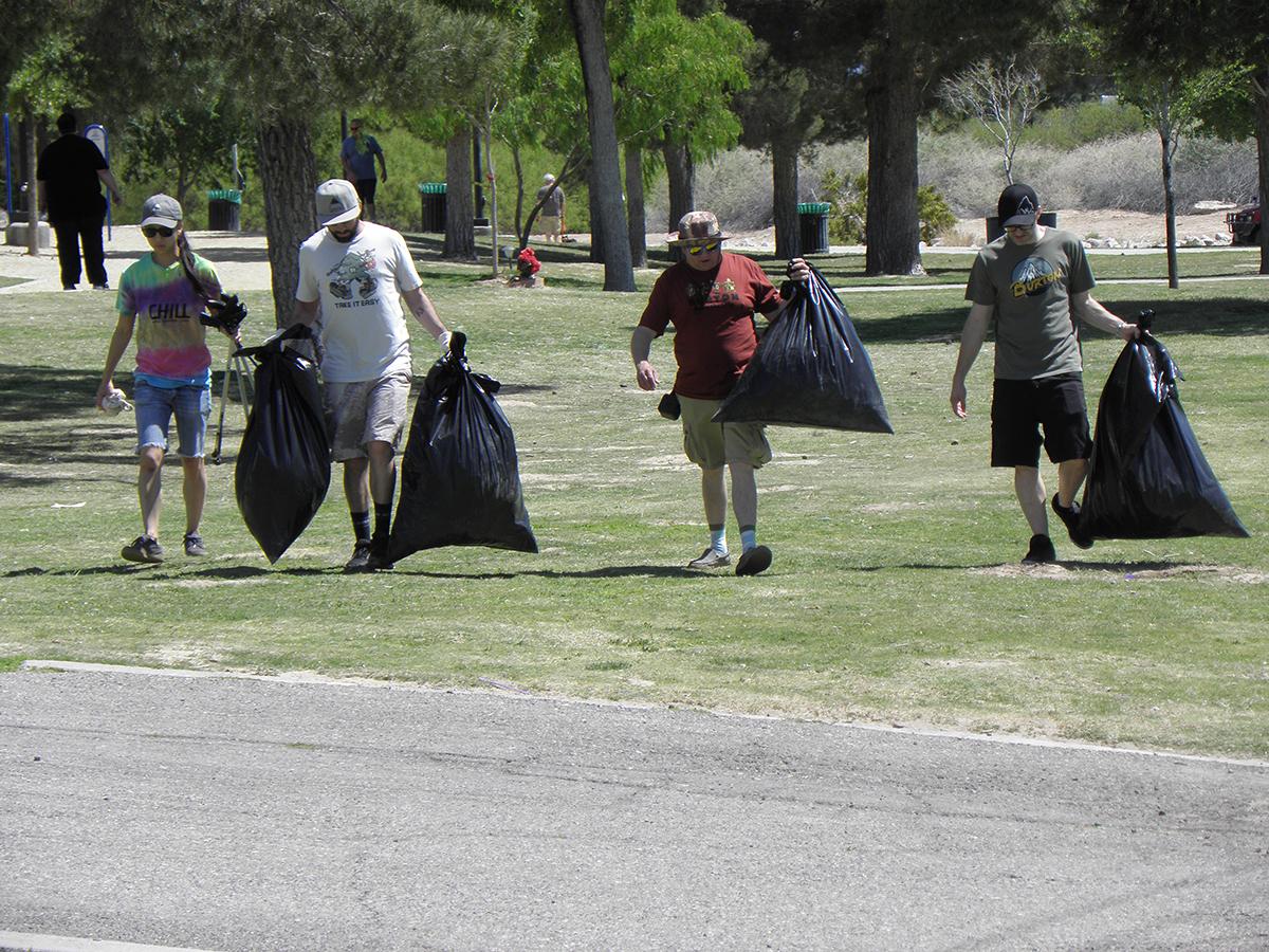 Voluntarios de Sierra Club celebraron el Día de la Tierra limpiando el parque Sunset. Lunes 22 de abril de 2019. Foto Cortesía Sierra Club.