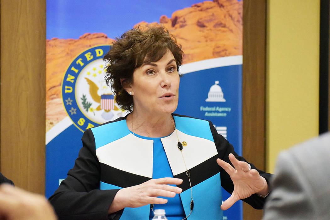 La senadora demócrata por Nevada Jacky Rosen, sostuvo una mesa redonda con destacados miembros ...