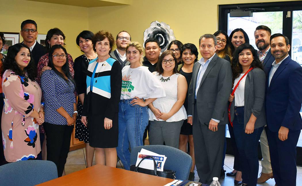 La senadora demócrata por Nevada Jacky Rosen, posó para una foto con algunos de los destacado ...