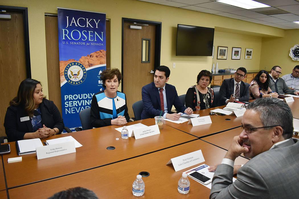 En la mesa redonda se abordaron cuatro temas: cuidado de salud, educación, inmigración y medi ...
