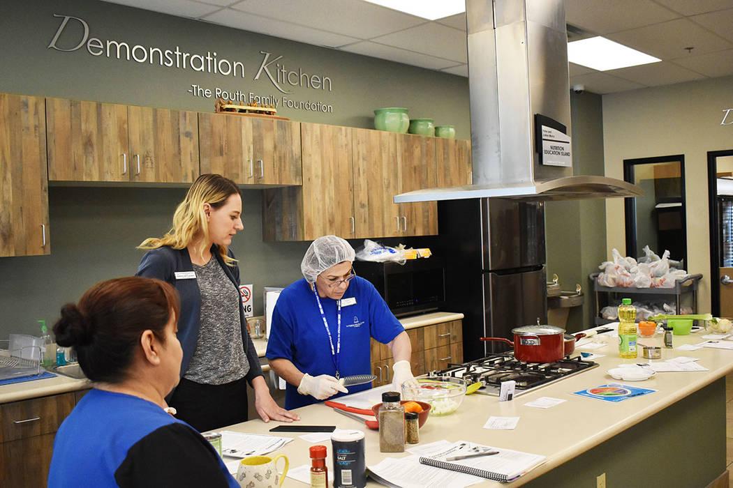 Jennifer Link-Cuadrado, nutricionista de LSSN, tiene a su cargo las clases de Cooking Matters. ...