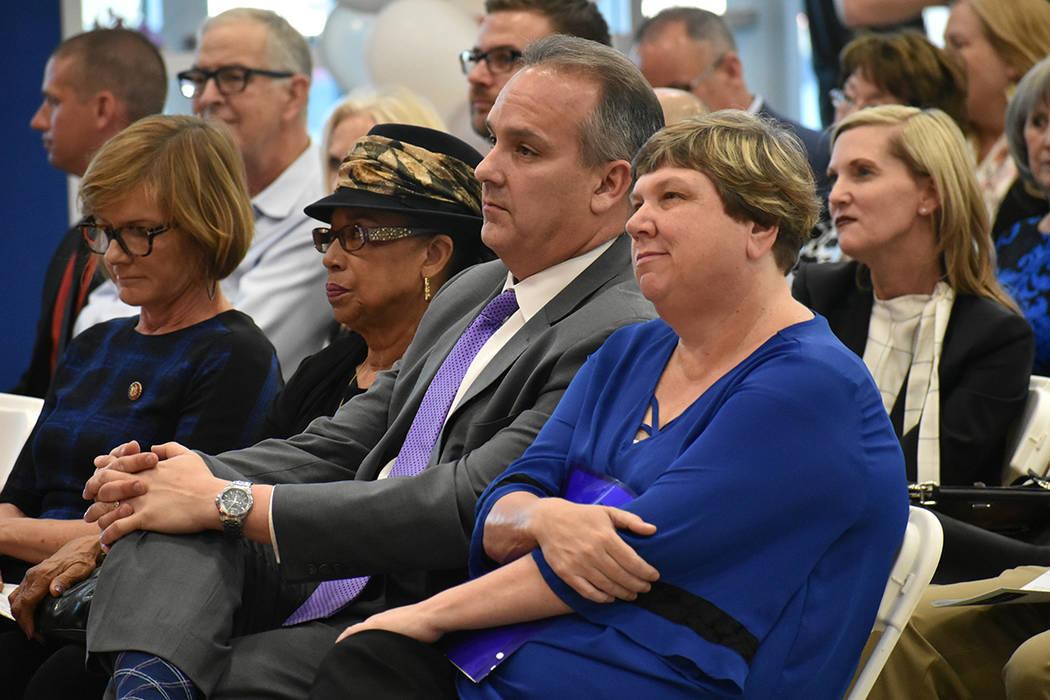 De izquierda a derecha, la congresista Susie Lee, la fideicomisaria Linda E. Young, el superint ...