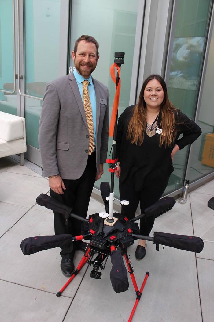 Doctor Adam Watts, de Ciencias Atmosféricas de DRI, mostró su drone para analizar el aire en ...
