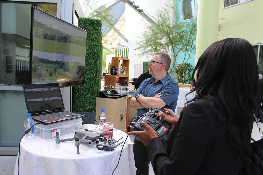 En un evento abierto al público, los asistentes pudieron utilizar un drone con propósitos cie ...