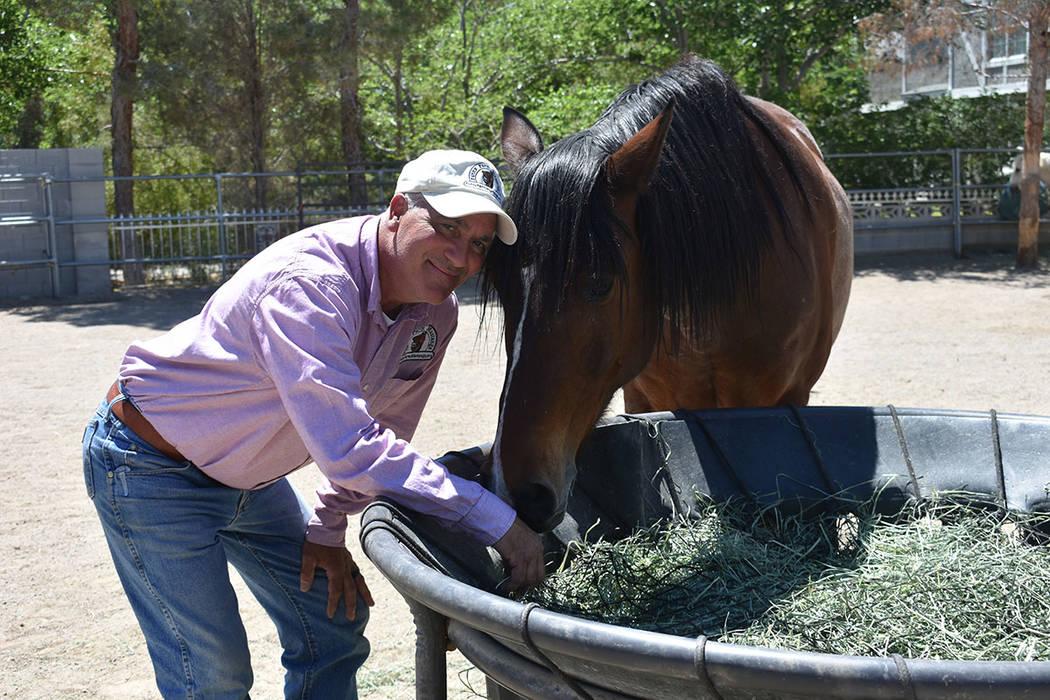Brian Smith posa con su caballo Jorge, al cual adoptó cuando el animal era bronco. Jueves 25 d ...