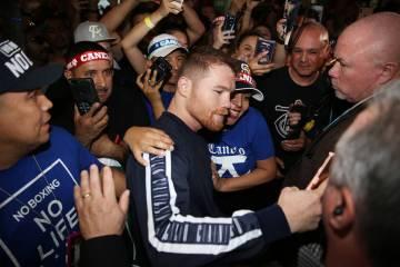 "Saúl ""Canelo"" Álvarez se toma una foto con un fan durante su gran llegada al hotel-casino MGM ..."