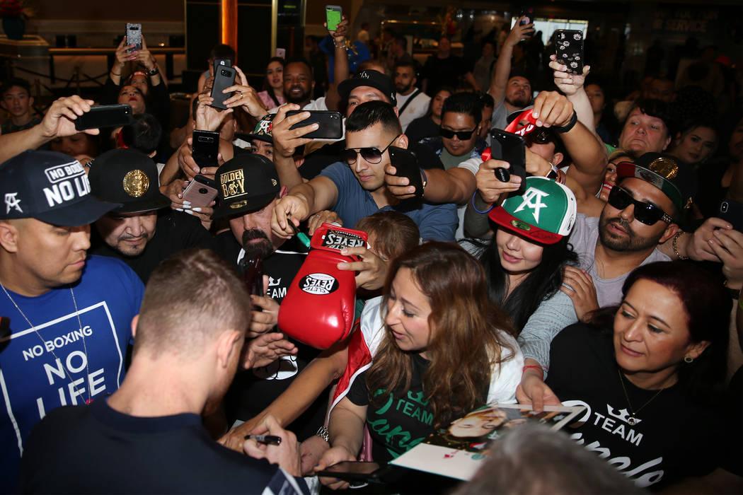 """Saúl """"Canelo"""" Álvarez saluda a los fans durante su gran llegada al hotel-casino MGM Grand en ..."""
