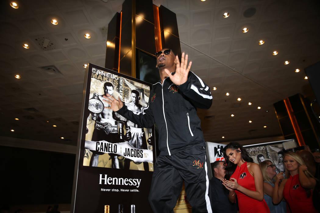 Daniel Jacobs hace su gran llegada al hotel-casino MGM Grand en Las Vegas, el martes 30 de abri ...