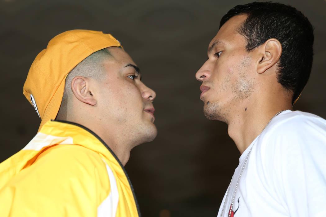 Joseph Díaz Jr., a la izquierda, y Freddy Fonseca posan durante su gran llegada al MGM Grand h ...