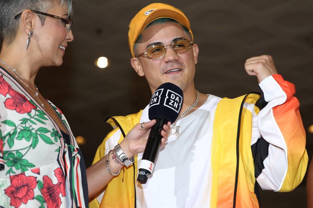 Joseph Díaz Jr. es entrevistado durante su gran llegada al MGM Grand hotel-casino en Las Vegas ...