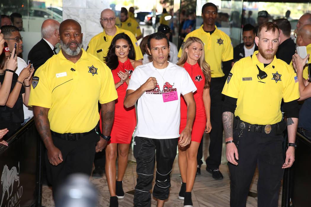 Freddy Fonseca hace su gran llegada al MGM Grand hotel-casino en Las Vegas, el martes 30 de abr ...
