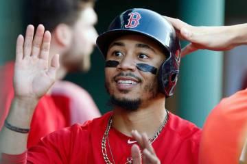 En esta foto de archivo del viernes 13 de julio de 2018, Mookie Betts de los Red Sox de Boston, ...