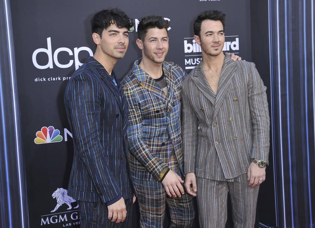 Joe Jonas, desde la izquierda, Nick Jonas y Kevin Jonas, de los Jonas Brothers, llegan a los Bi ...