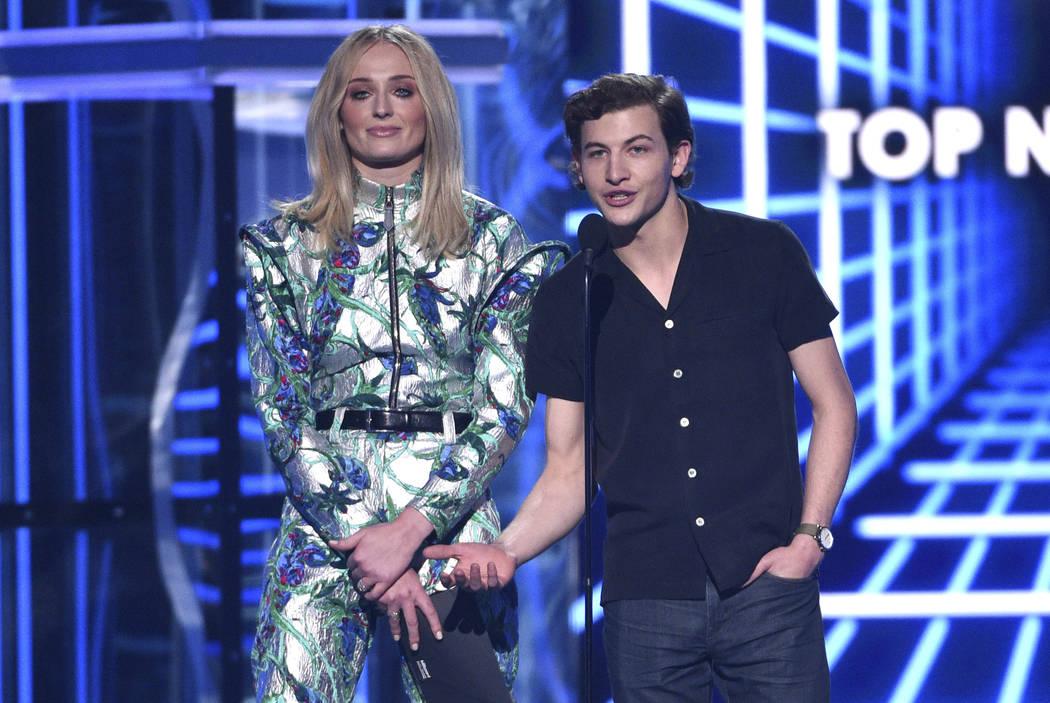 Sophie Turner, a la izquierda y Tye Sheridan entregan el premio al mejor artista en los Billboa ...