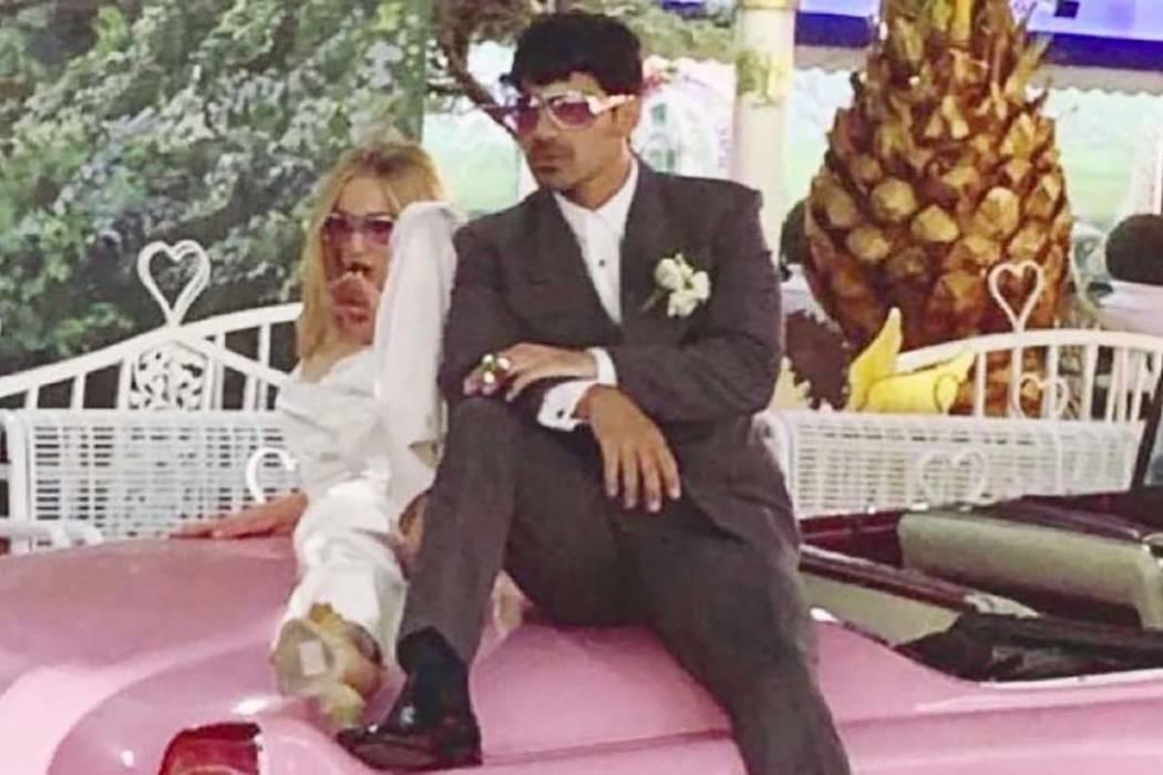 Sophie Turner y Joe Jonas posan en un Cadillac rosado después de haberse casado en la Capilla ...