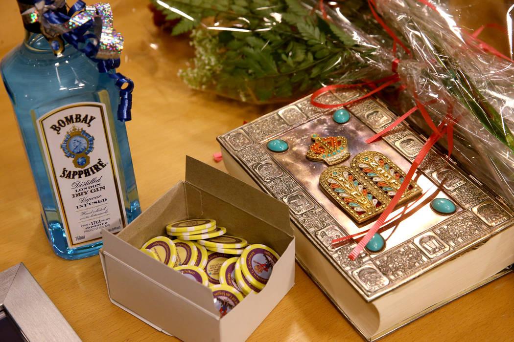 Fichas conmemorativas de póquer, ginebra, flores y una Biblia esperan por la toma de protesta ...