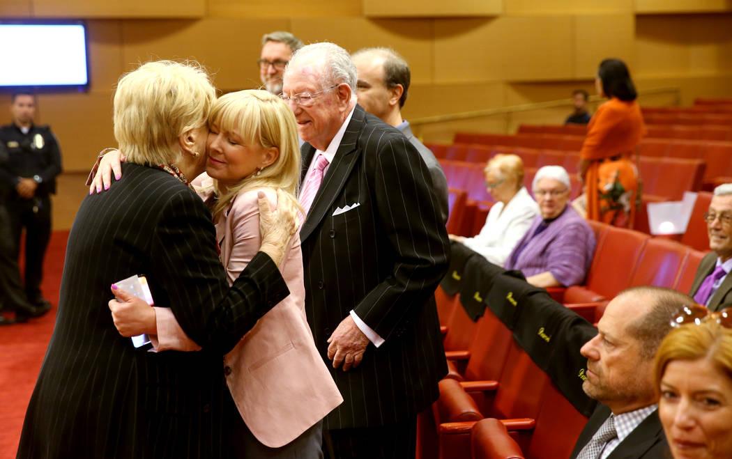 La alcaldesa de Las Vegas, Carolyn Goodman, besa a su hija, Cara Goodman, mientras su esposo, e ...