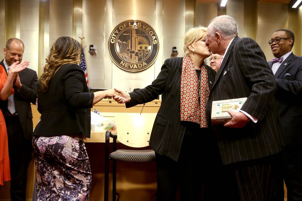 Carolyn Goodman, alcaldesa de Las Vegas, se da la mano con la Secretaria de la Ciudad de Las Ve ...