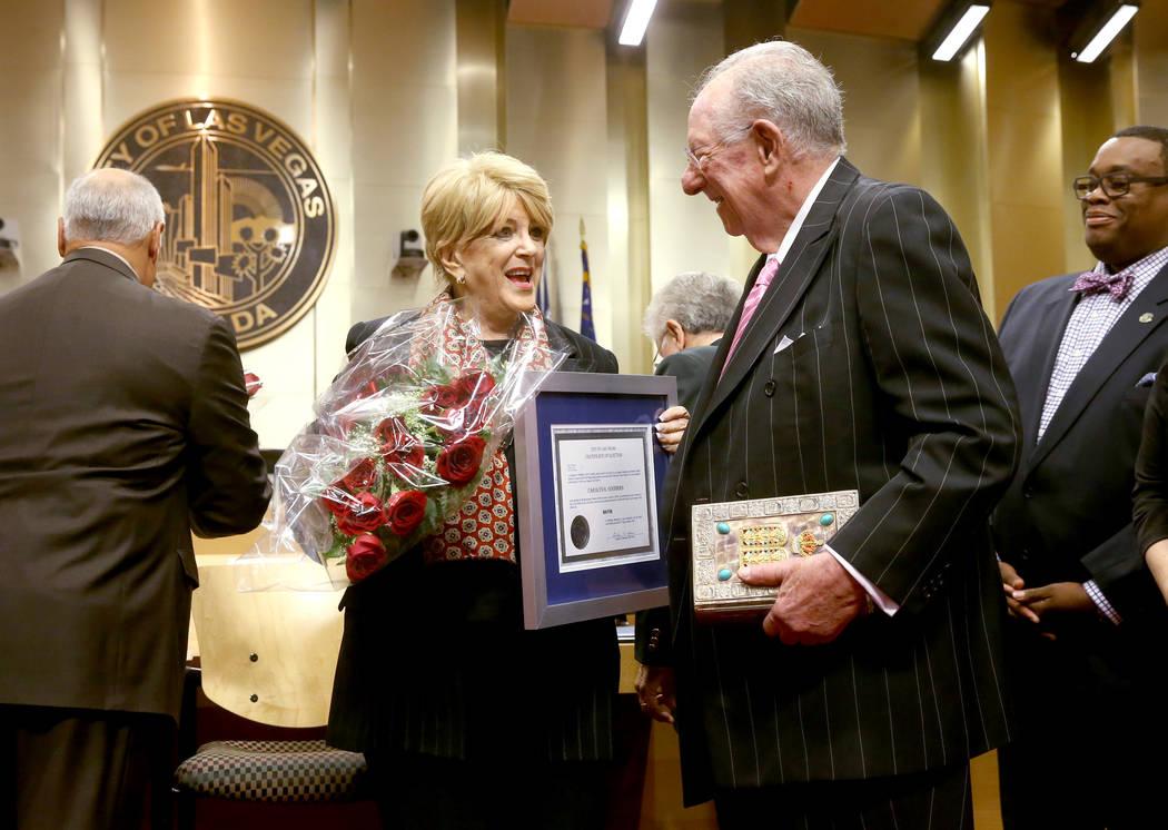 La alcaldesa de Las Vegas, Carolyn Goodman, celebra con su esposo, el ex alcalde Óscar Goodman ...