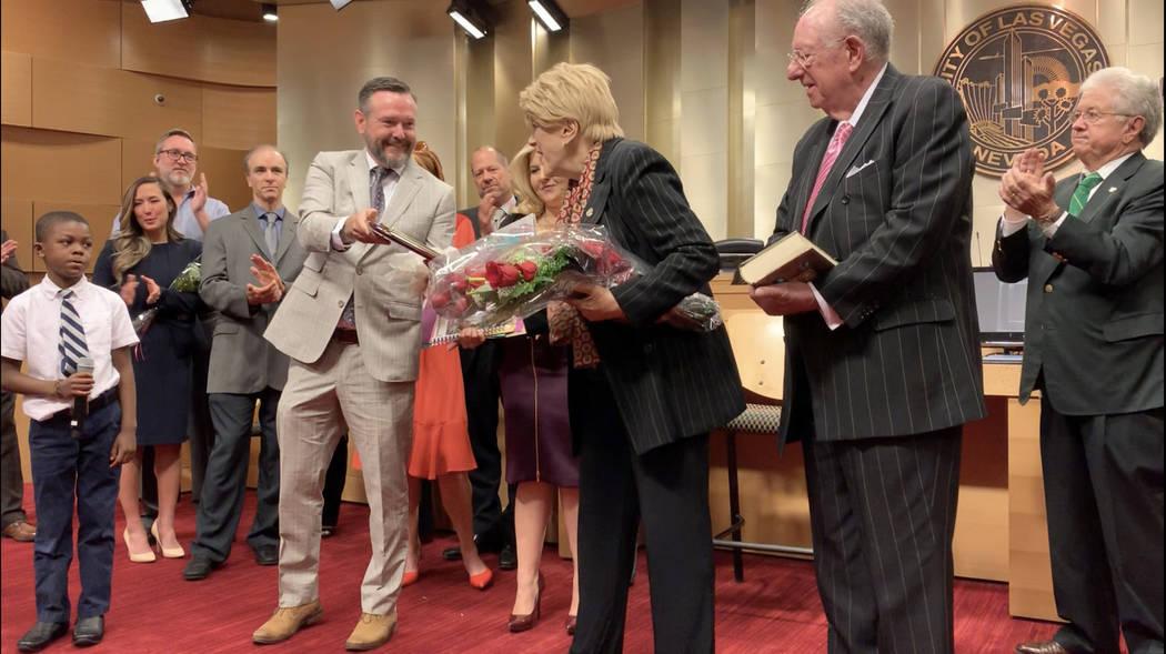 El director de The Meadows School, Jeremy Gregersen, le entrega a la alcaldesa de Las Vegas, Ca ...