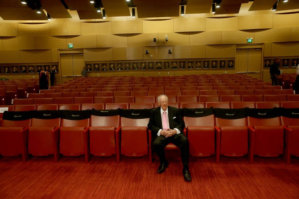 El ex alcalde Óscar Goodman espera a que su esposa, la alcaldesa de Las Vegas, Carolyn Goodman ...