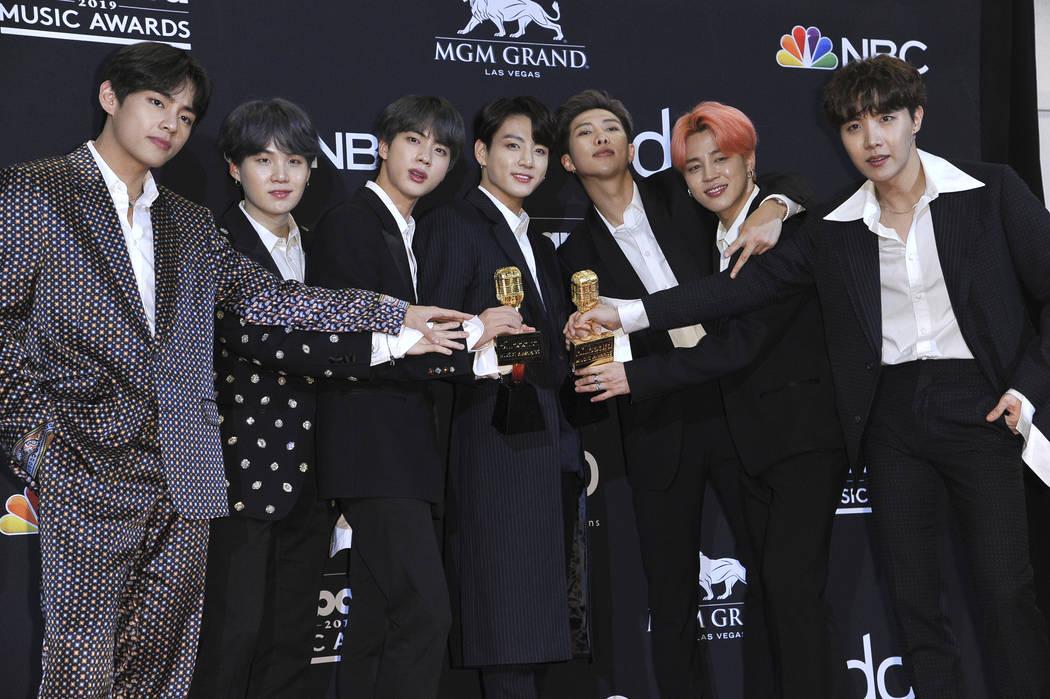 BTS posa en la sala de prensa con el premio al mejor grupo de dúos y al mejor artista social e ...