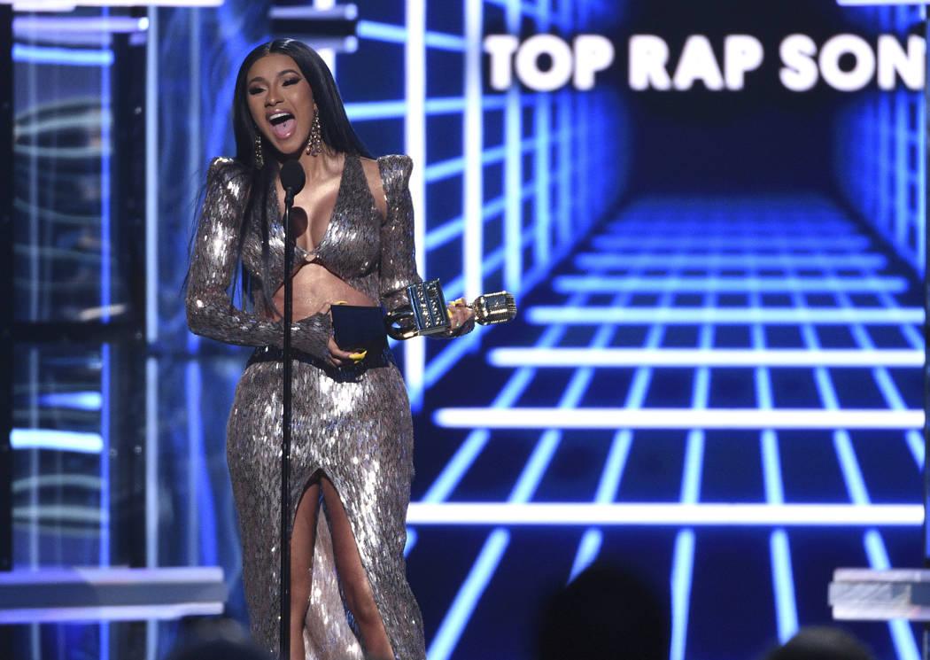 """Cardi B acepta el premio a la mejor canción de rap por """"I Like It"""" en los Billboard Music Awar ..."""