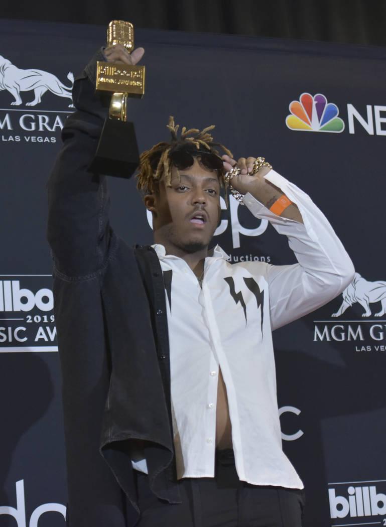 Juice Wrld posa en la sala de prensa con el premio al mejor artista nuevo en los Billboard Musi ...