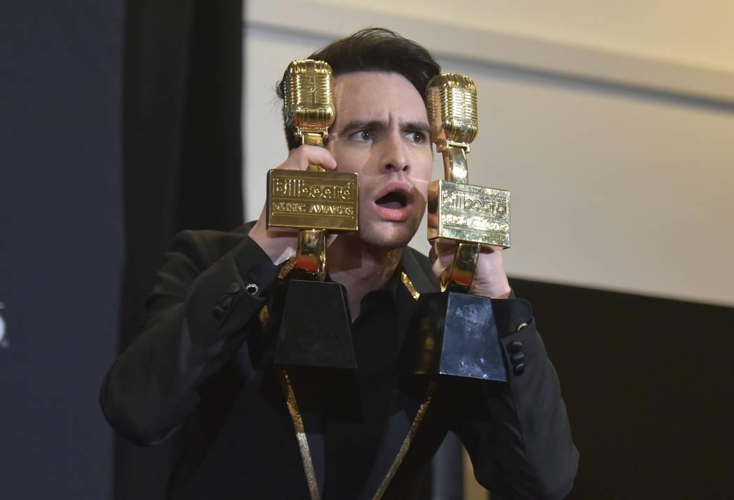 Brendon Urie, de Panic! At The Disco, posa en la sala de prensa con los premios al mejor álbum ...