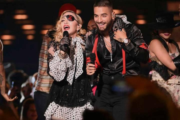 """Madonna, a la izquierda y Maluma tocan """"Medellín"""" en los Billboard Music Awards el miércoles ..."""