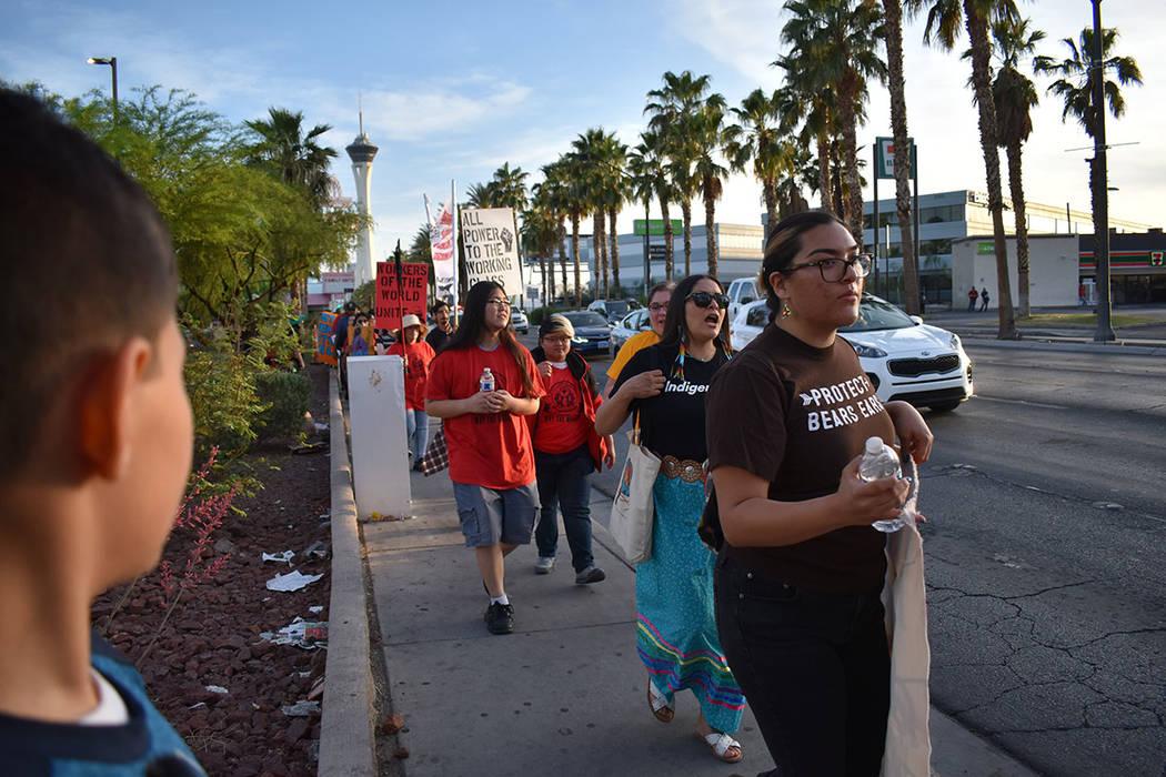 La marcha comenzó en el Centro Comercial Histórico en 953 Sahara Avenue donde los manifestant ...