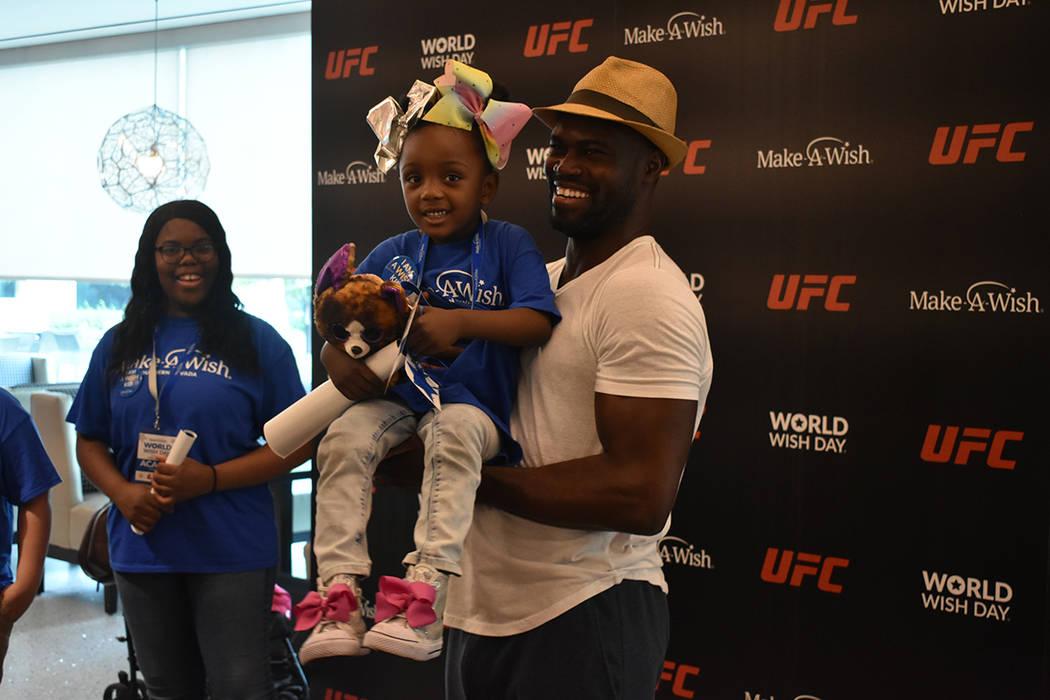 Peleadores de UFC se tomaron el tiempo de convivir con los 11 niños que recibirán el cumplimi ...